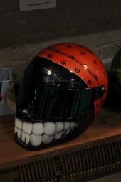 шлем-зубастик