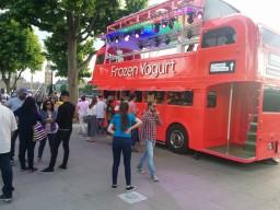 Замороженные йогурты продают в палатке типа автобус)